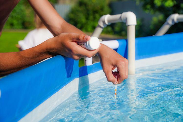 Testování kvality vody v bazénu