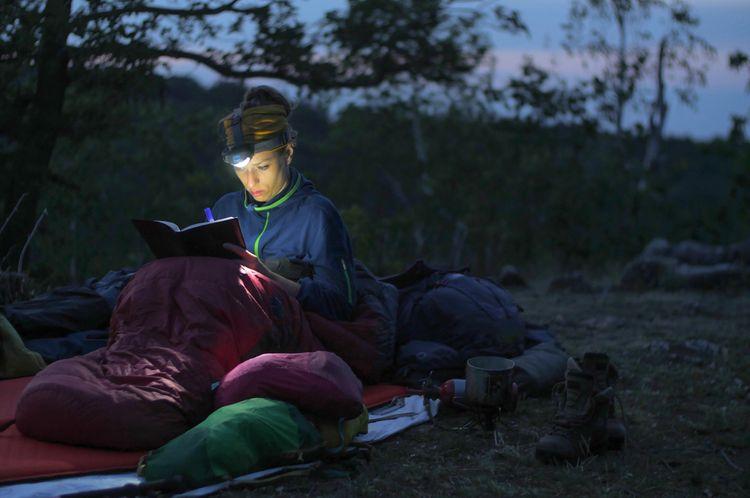 Čítanie s čelovkou v prírode