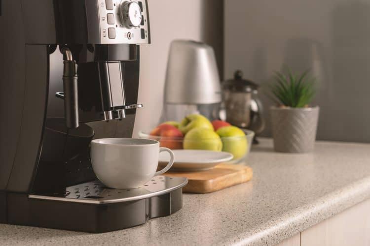 Moderný plnoautomatický kávovar