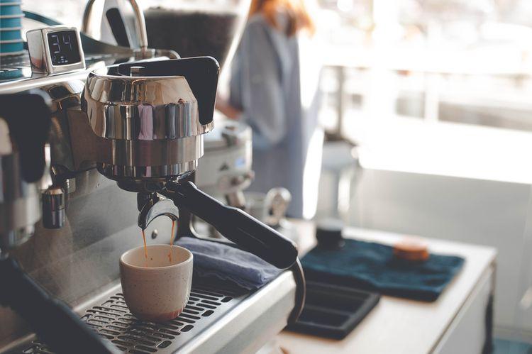 Pákový kávovar s předehříváním šálků