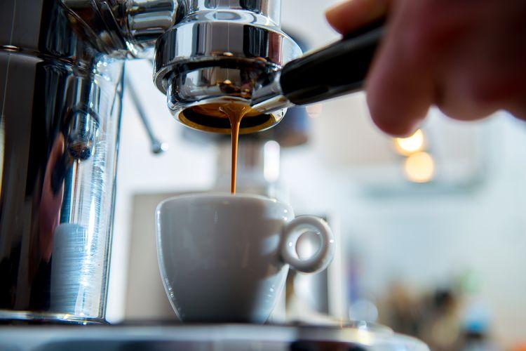 Příprava kávy v pákovém kávovaru