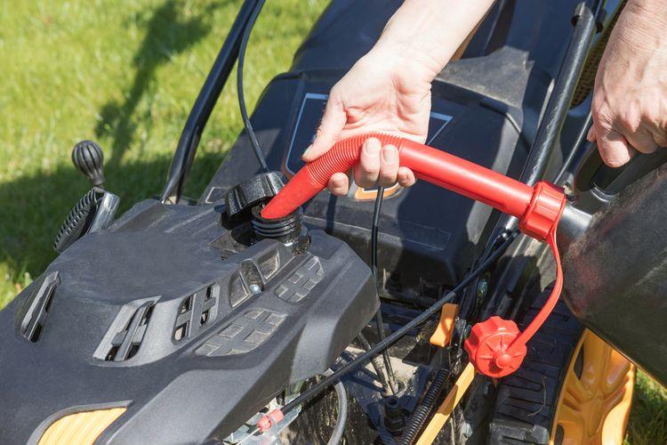 Dolievanie benzínu do benzínovej kosačky