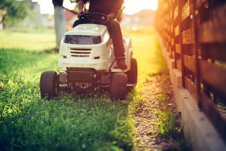Kosenie trávnika pomocou záhradného traktora