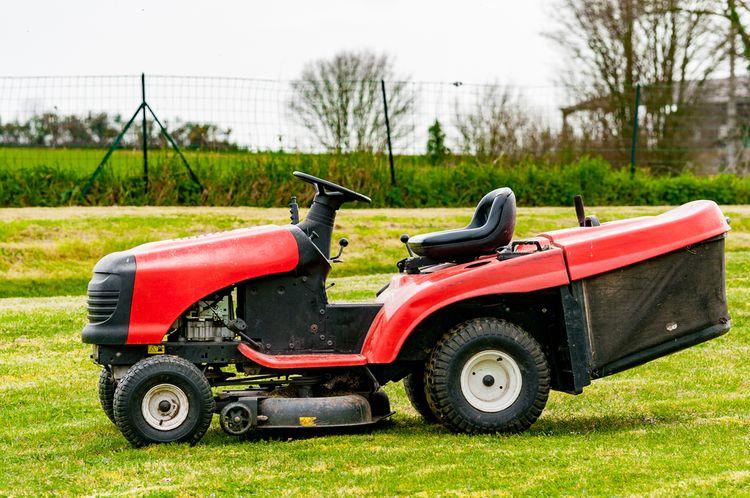 Záhradný traktor so zberným košom