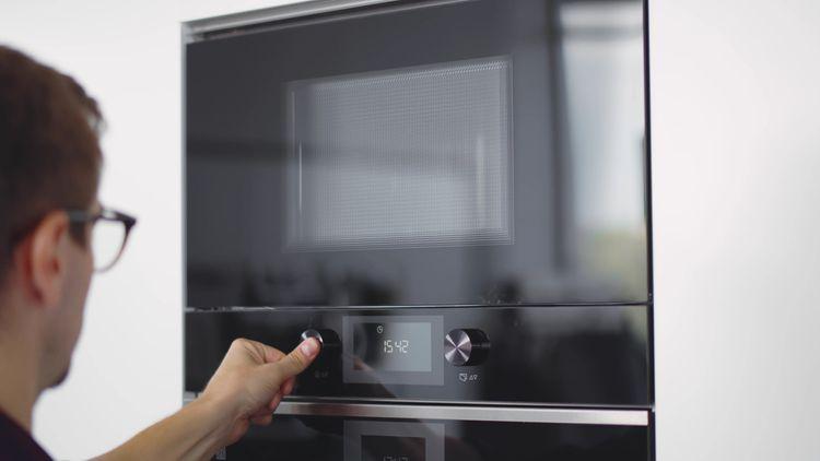 Vstavaná mikrovlnka s tlačidlovým ovládaním