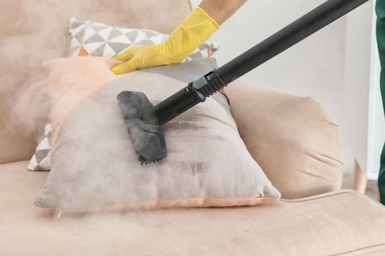 Čistenie pohovky pomocou parného čističa