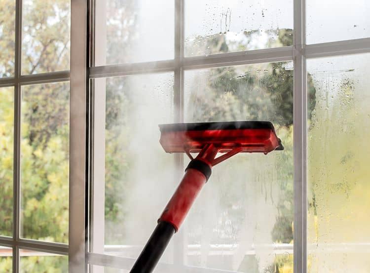 Čistenie okien pomocou parného čističa
