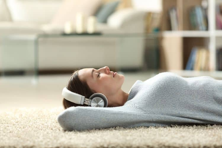 Bluetooth slúchadlá cez hlavu – počúvanie hudby