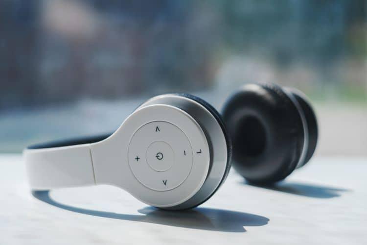 Bluetooth slúchadlá cez hlavu s ovládaním na náušníkoch